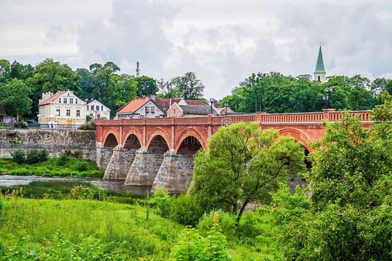 Puente a través del río Venta en la ciudad de Kuldiga imagen de archivo