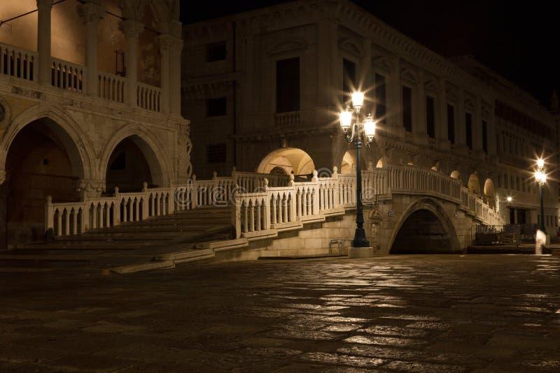 Puente vía el canal del palacio imagenes de archivo