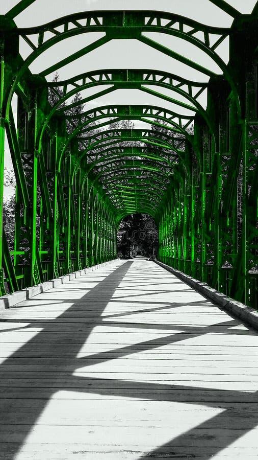 puente verde de madera imagenes de archivo