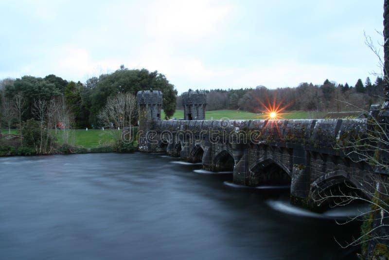 Puente viejo cerca del castels foto de archivo