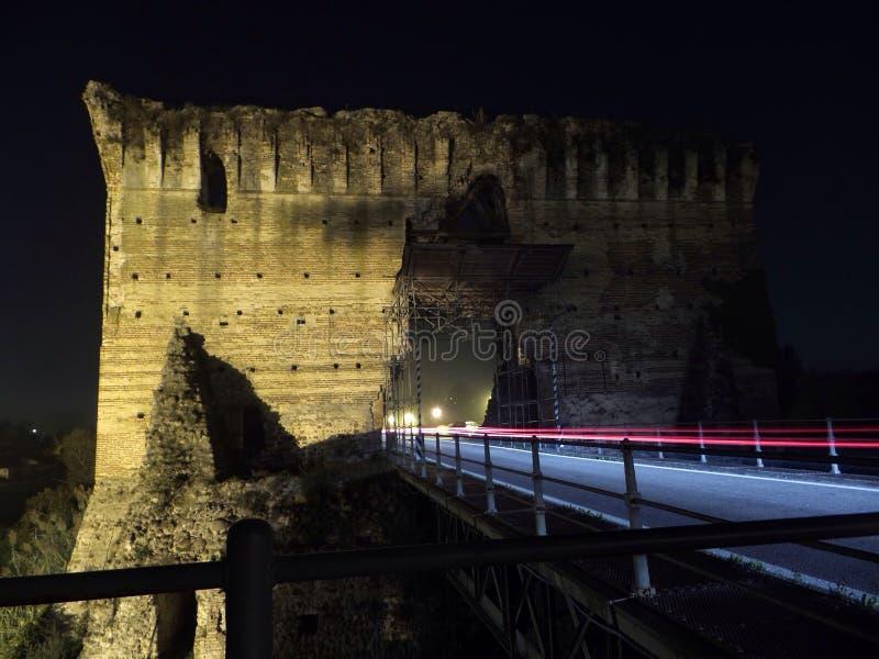 Puente viejo con los rastros ligeros fotos de archivo libres de regalías