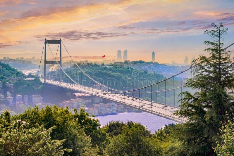 Puente viejo de Bosphorus y bandera turca en Estambul - Turquía fotografía de archivo libre de regalías