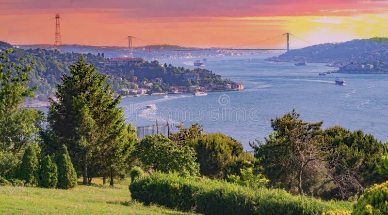 Puente viejo de Bosphorus y bandera turca en Estambul - Turquía imágenes de archivo libres de regalías