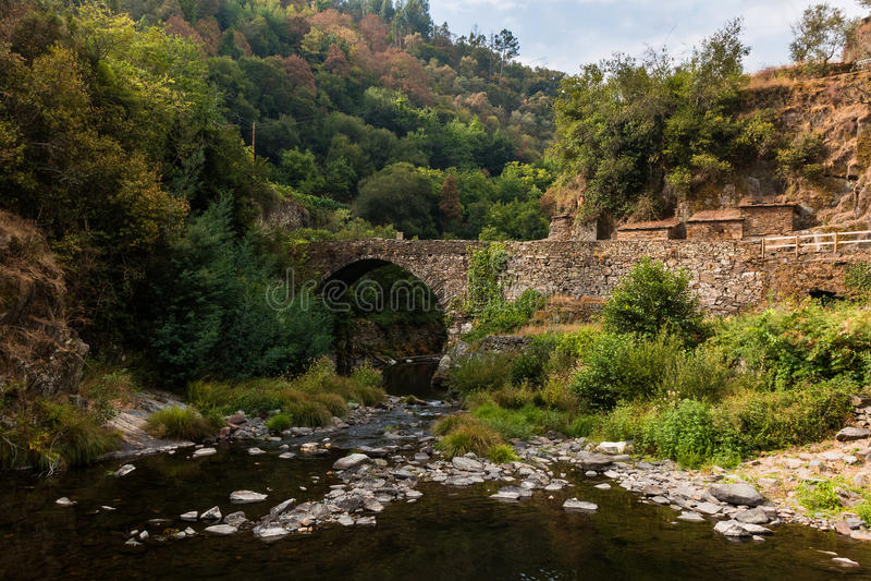 Puente viejo de Cabreira fotos de archivo