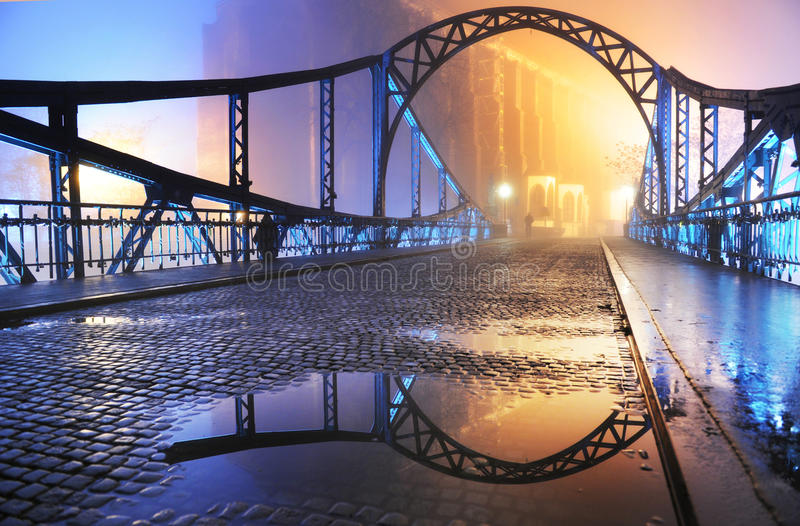 puente viejo de la ciudad en la noche imagen de archivo