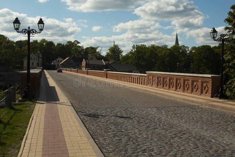 puente viejo del ladrillo a través del río Venta en la ciudad de Kuldiga imagen de archivo libre de regalías