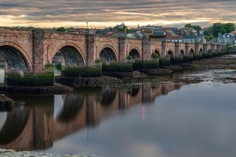 Puente viejo en el Berwick-sobre-tweed, Inglaterra fotografía de archivo libre de regalías