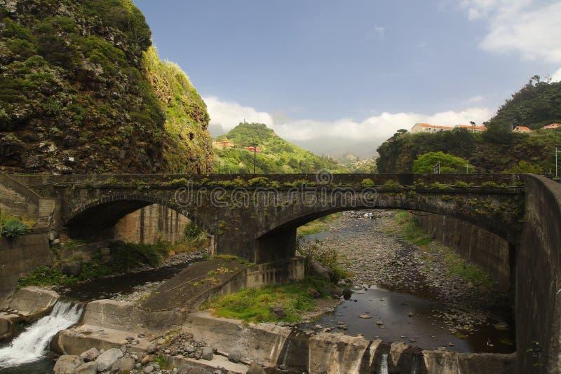 Puente viejo en el pueblo de Vicente del sao en Madeira foto de archivo libre de regalías