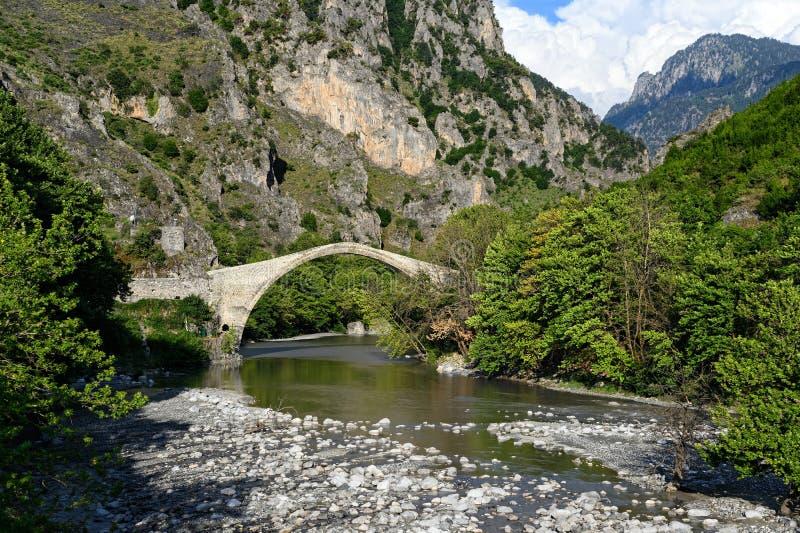 Puente viejo en Grecia imagenes de archivo