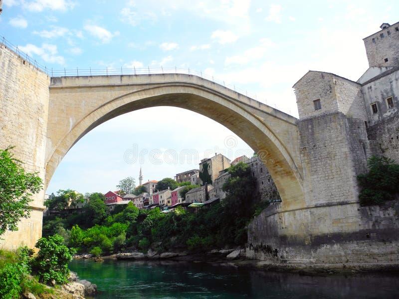 Puente viejo en la ciudad de Mostar foto de archivo libre de regalías