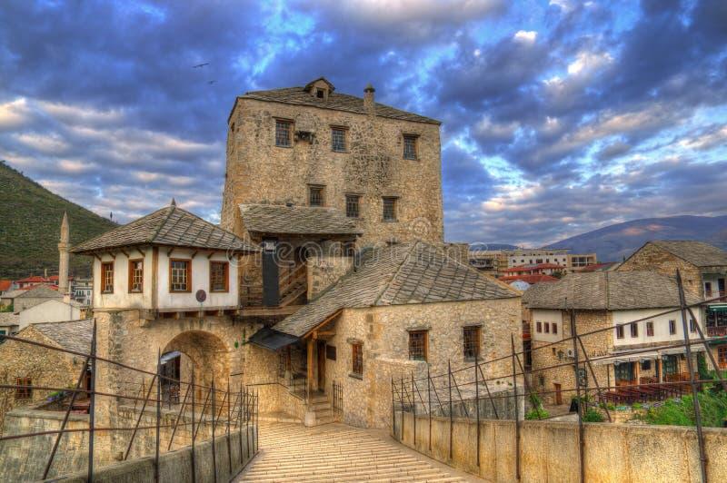 Puente viejo en Mostar, Bosnia y Herzegovina, sobre el río de Neretva - torre Halebija fotos de archivo libres de regalías