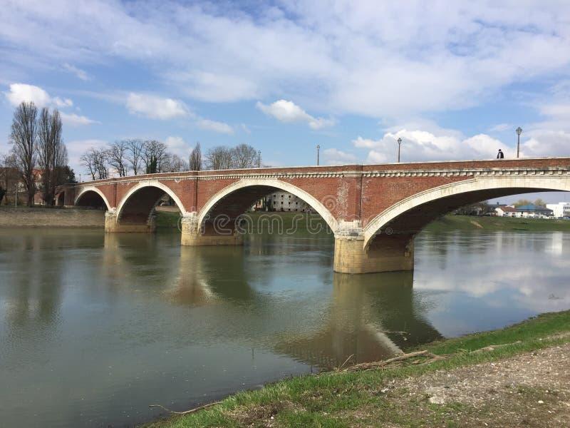 Puente viejo en Sisak foto de archivo