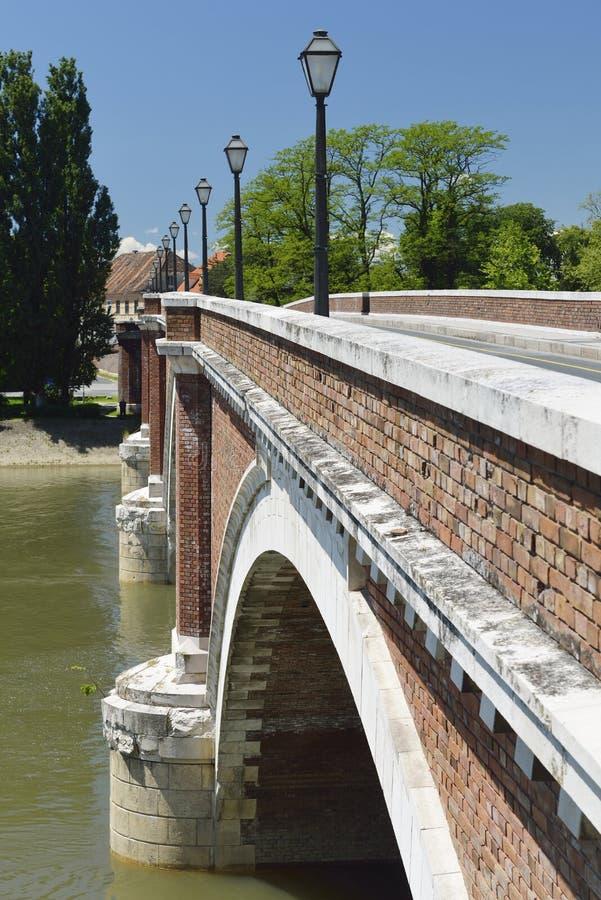 Puente viejo en Sisak, Croacia imagen de archivo