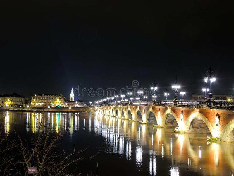 Puente viejo hermoso en la noche teniendo en cuenta las linternas fotografía de archivo