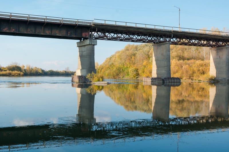 Puente viejo sobre el río Paisaje del otoño con un puente imagen de archivo