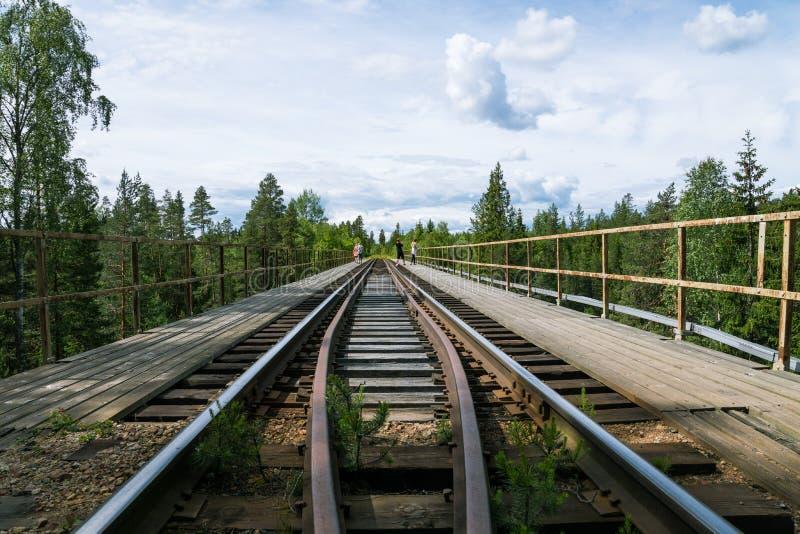 Puente viejo y estrecho del ferrocarril de la construcción de madera y del acero imagen de archivo