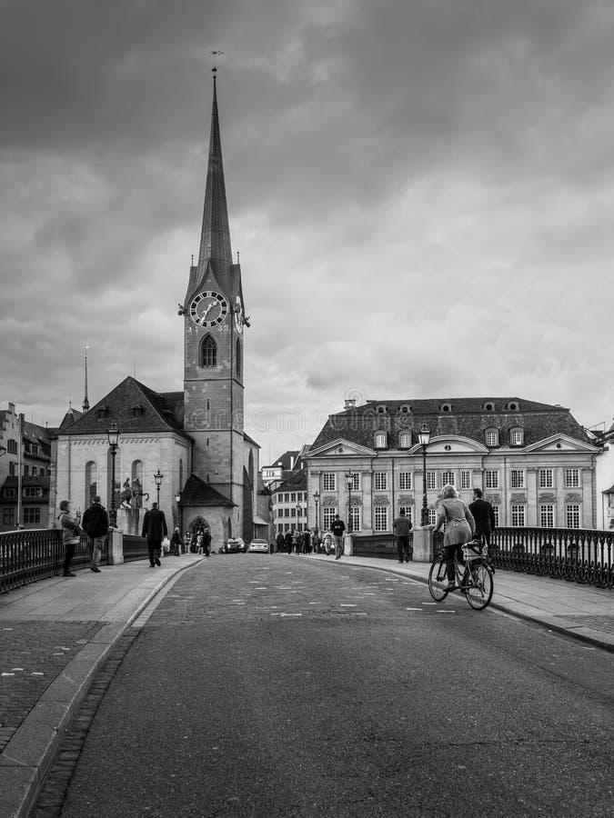 Puente viejo y la iglesia de Fraumuenster en el centro de Zurich, imágenes de archivo libres de regalías