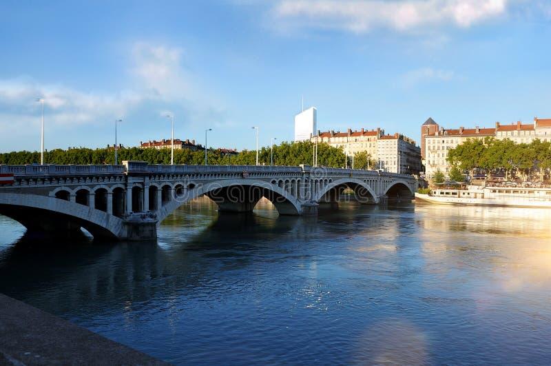 Puente Wilson de la visión panorámica en el río Rhone en Lyon Francia fotos de archivo
