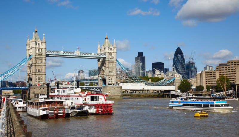 Puente y barcos de la torre en el río de Thames foto de archivo