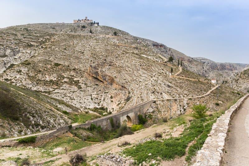 Puente y camino romanos al monasterio en Bocairent fotos de archivo