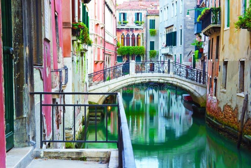 Puente y canal en Venecia fotografía de archivo