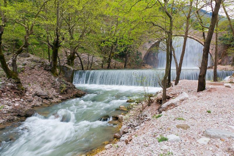 Puente y cascada, Thessaly, Greec de Palaiokarya foto de archivo libre de regalías