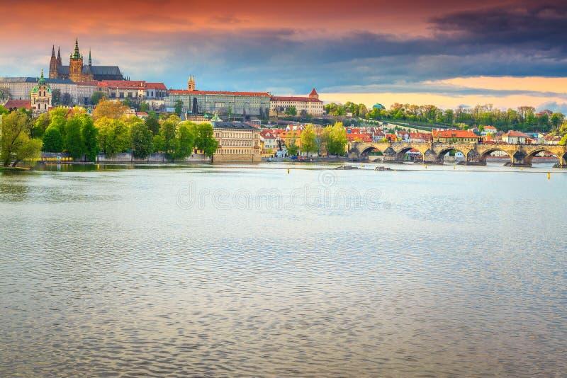 Puente y castillo de piedra medievales famosos Praga, República Checa de Charles fotografía de archivo