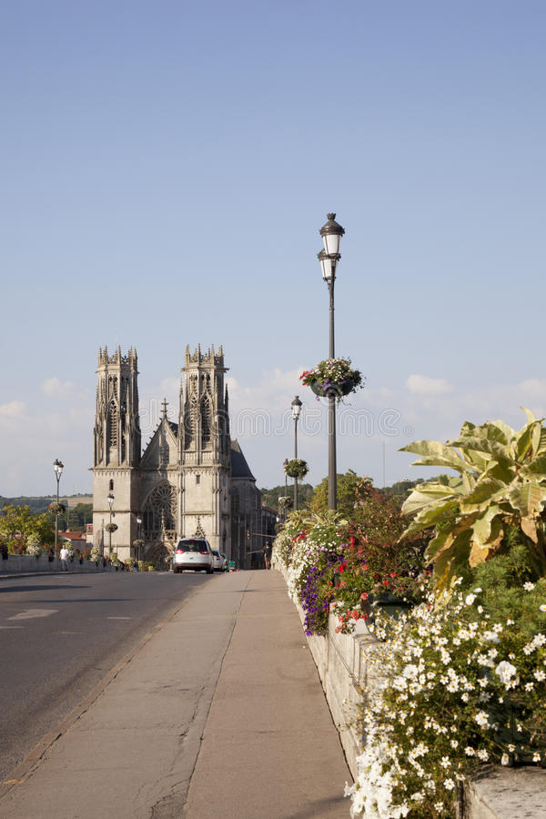 Puente y catedral del pont un mousson imagen de archivo libre de regalías