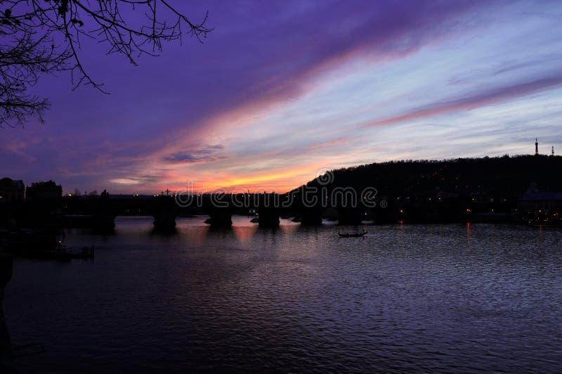 Puente y ciudad bajo puesta del sol imágenes de archivo libres de regalías