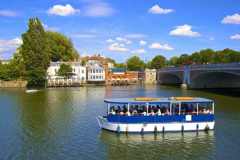 Puente y el río Támesis de Hampton Court fotografía de archivo