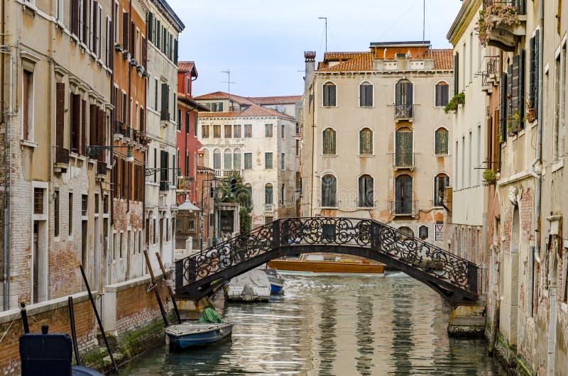 Puente y estilo típico de la arquitectura de la casa de Venecia fotografía de archivo libre de regalías