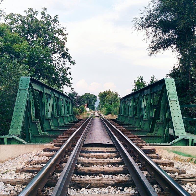 Puente y ferrocarril de acero que desaparece en la distancia fotos de archivo