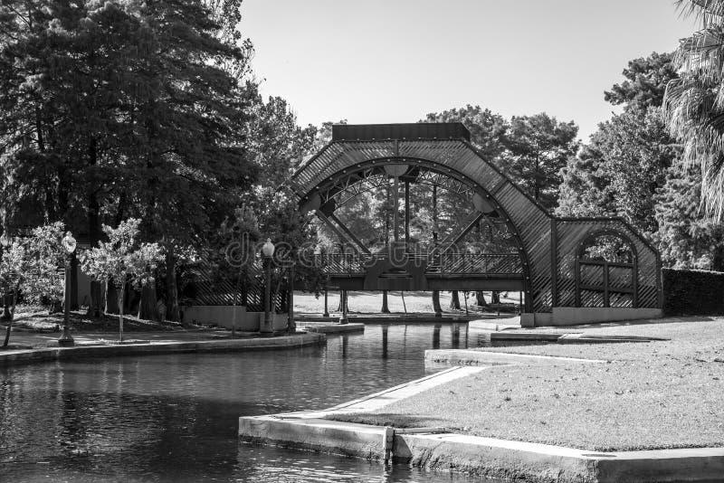 Puente y fuente en el parque de Armstrong en NOLA imagen de archivo