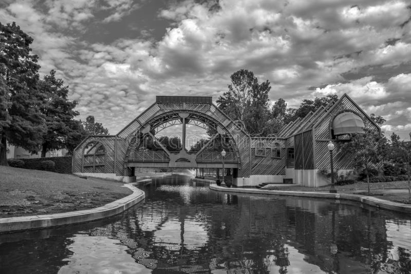 Puente y fuente en el parque de Armstrong en NOLA fotografía de archivo