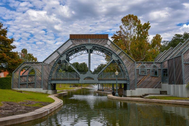 Puente y fuente en el parque de Armstrong en NOLA fotos de archivo