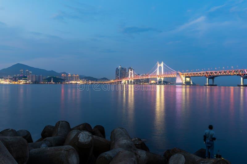 Puente y Haeundae de Gwangan en la ciudad de Busán, Corea del Sur imagen de archivo