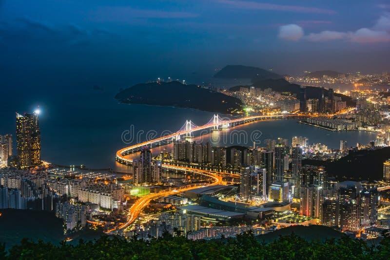 Puente y Haeundae de GwangAn en la noche en Busán, Corea imágenes de archivo libres de regalías