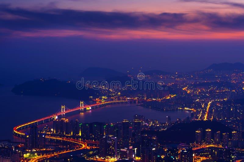Puente y Haeundae de GwangAn en la puesta del sol en Busán imagen de archivo libre de regalías