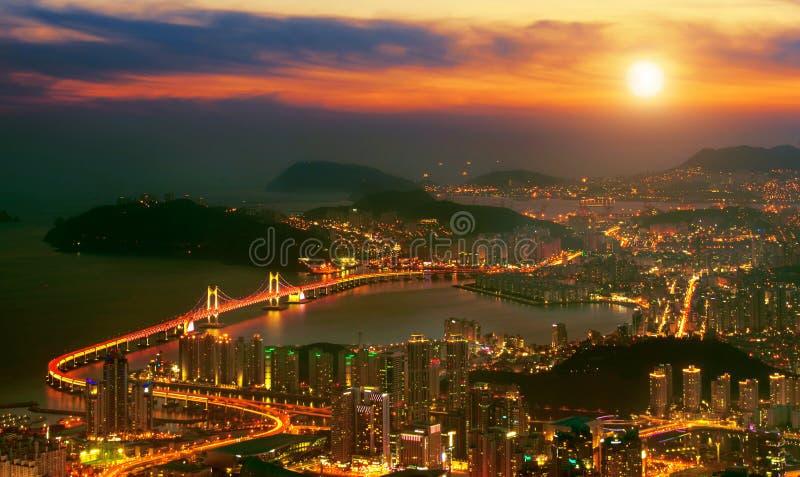 Puente y Haeundae de GwangAn en la puesta del sol en Busán fotografía de archivo libre de regalías