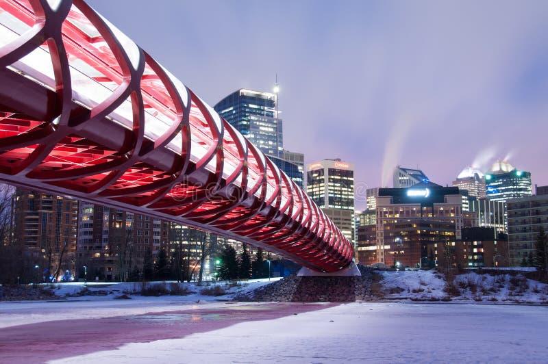 Puente y horizonte de la paz de Calgary en la noche foto de archivo libre de regalías