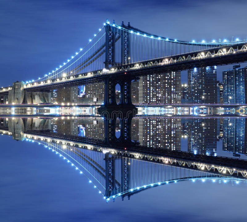 Puente y horizonte de Manhattan en la noche foto de archivo