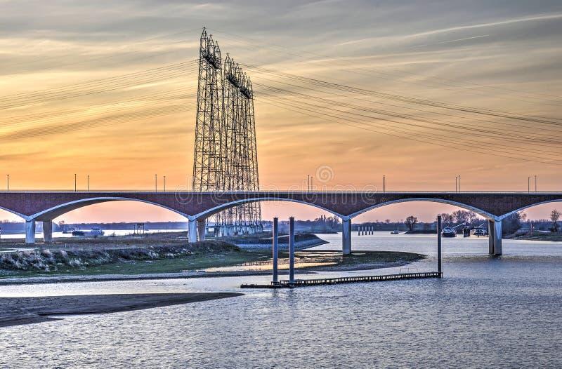 Puente y líneas eléctricas en Njmegen fotografía de archivo libre de regalías