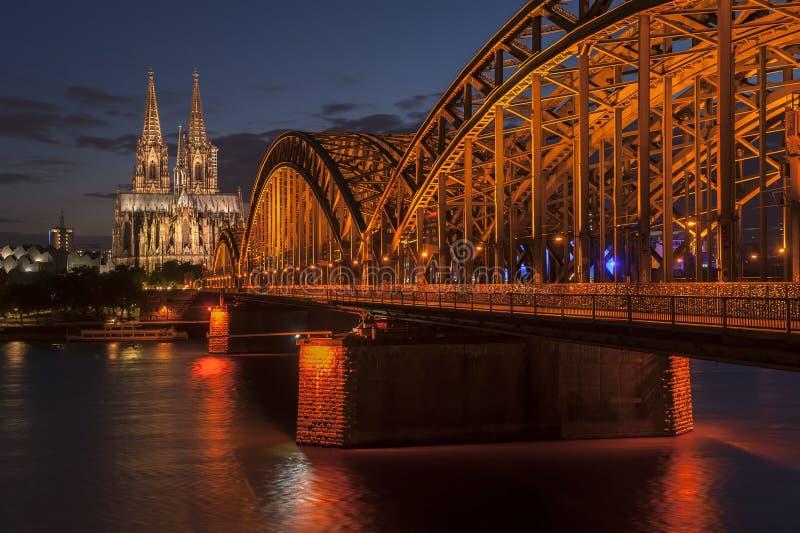 Puente y los Dom de Colonia imagenes de archivo