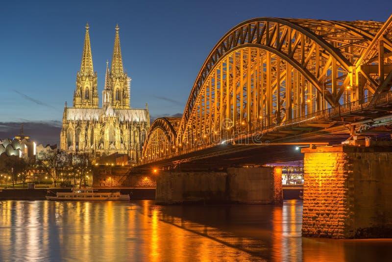 Puente y los Dom de Colonia imagen de archivo libre de regalías