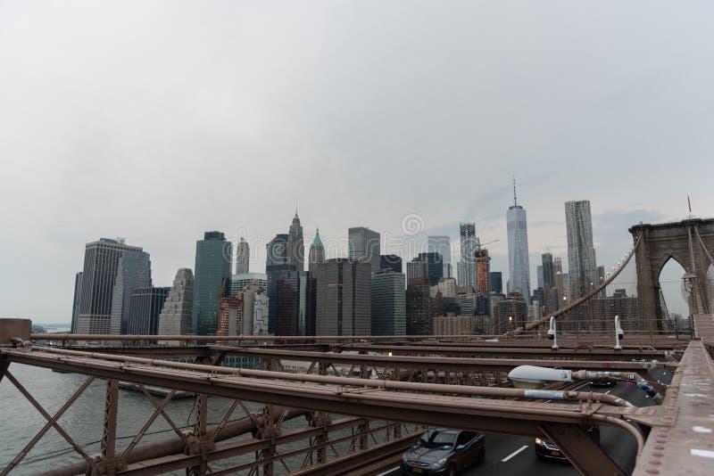 Puente y Lower Manhattan de Brooklyn en la oscuridad foto de archivo libre de regalías