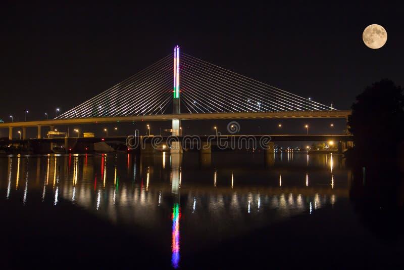Puente y luna fotos de archivo