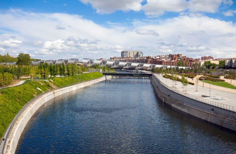 Puente y Madrid Rio Park, Madrid de Arganzuela fotos de archivo libres de regalías