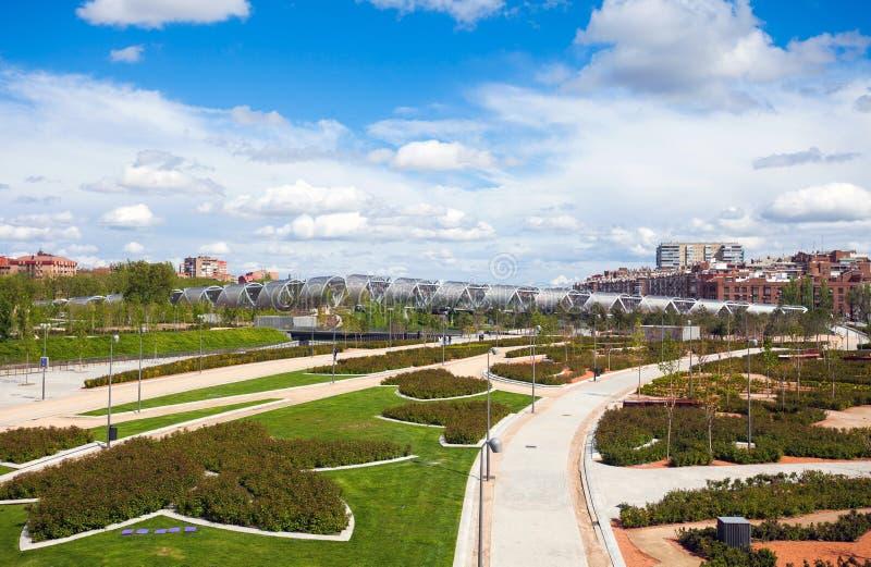 Puente y Madrid Rio Park, Madrid de Arganzuela imagen de archivo