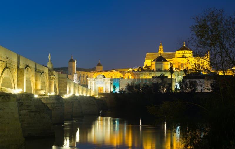 Puente y Mezquita-catedral romanos de Córdoba en noche foto de archivo