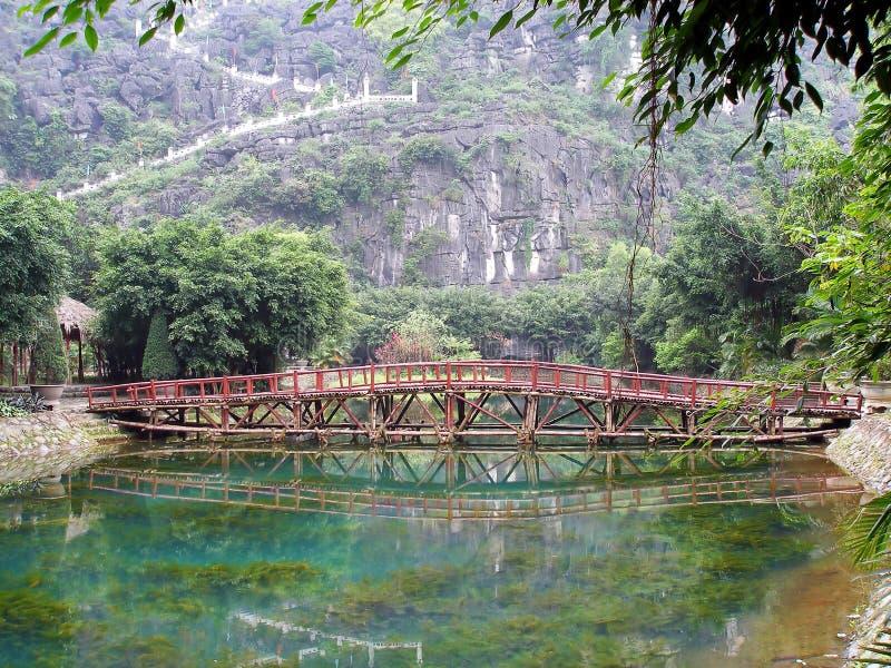 Puente y piscina orientales fotografía de archivo libre de regalías
